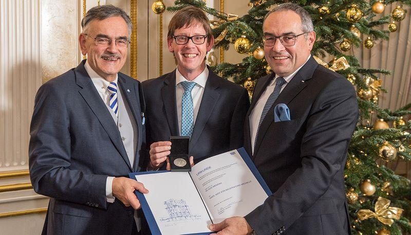 (Deutsch) Karl Max von Bauernfeind-Medaille für Prof. Klaus Menrad