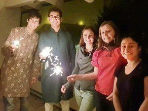 In Indien gibt es kein Weihnachten, dafür Diwali, das Fest der Lichter. Im vergangenen Jahr überraschten die Kommilitonen in Straubing Dhananjai (2.v.l.) mit Geschenken und indischem Essen.