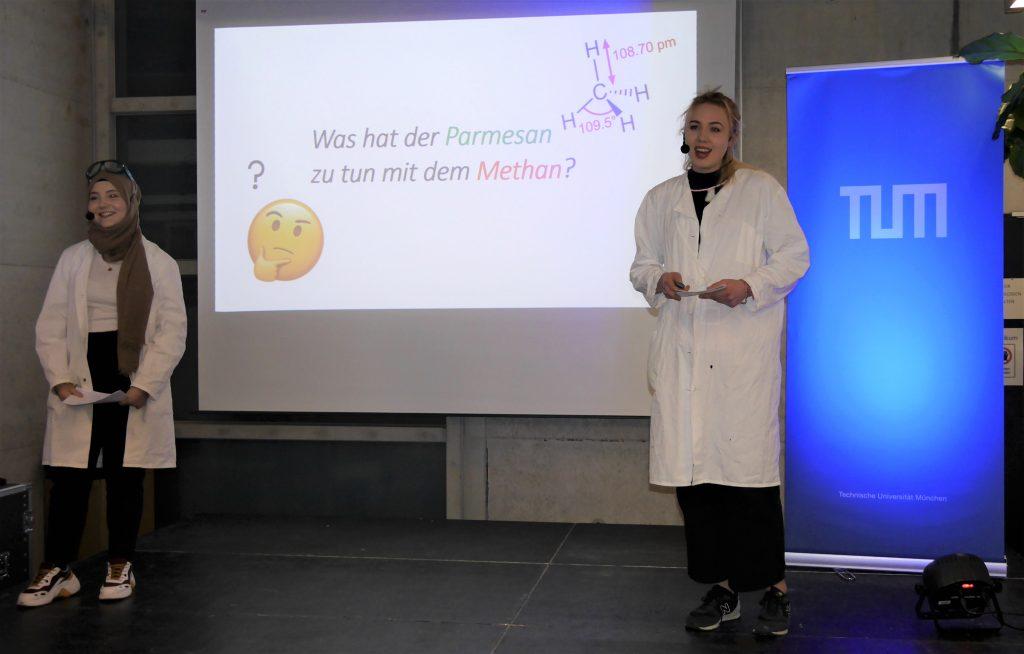Parmesan und Methan – damit beschäftigten sich die Ursulinen-Gymnasiastinnen Hamide Demir und Adriane Hötzinger (r.). (Foto: TUMCS)