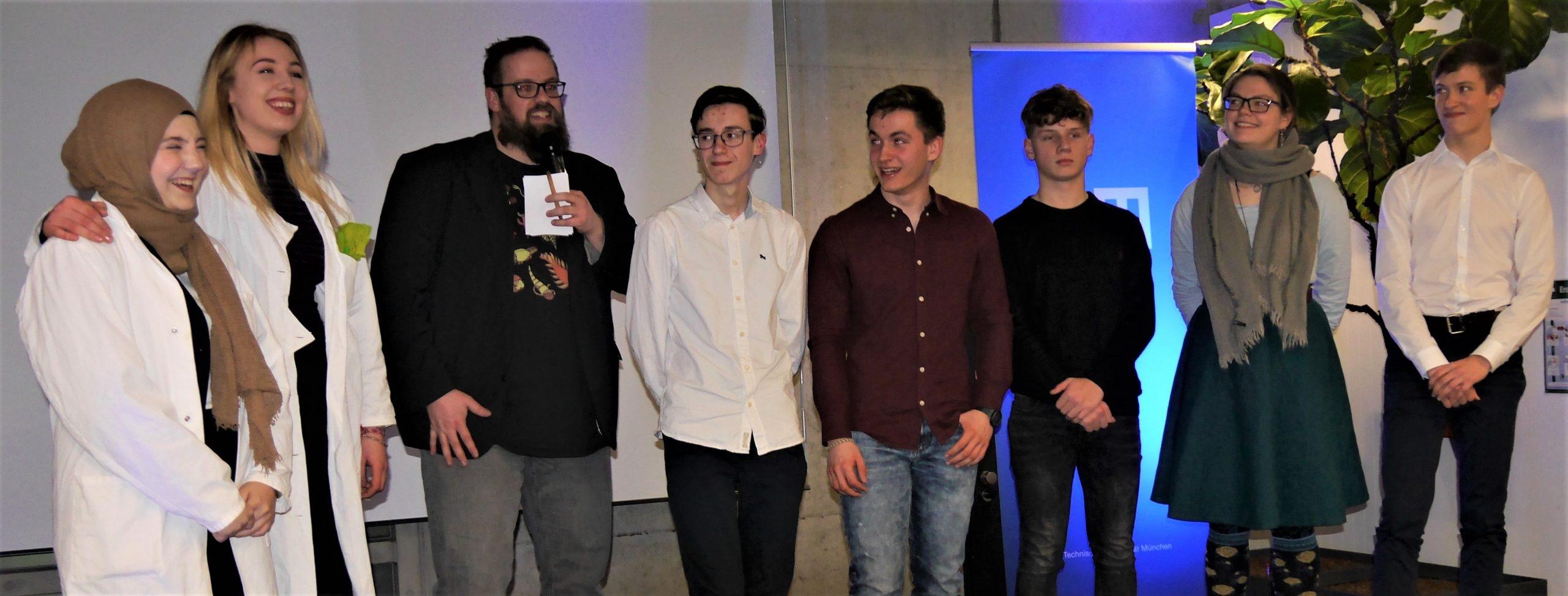 Die Teilnehmer des Science-Slams am TUM Campus Straubing mit Moderator Phillip Schrögel (3.v.l.). (Foto: TUMCS)