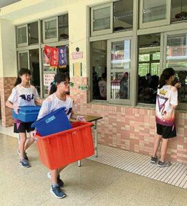 Taiwanesische Schülerinnen beim Reinigen ihrer Schule