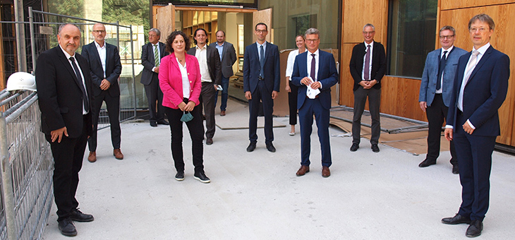 Besichtigung des neuen Gebäudes an der Uferstraße durch Wissenschaftsminister Sibler: Gruppenfoto