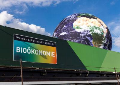 """Detailaufnahme der Weltkugel auf dem Bug mit """"Wissenschaftsjahr 20/21 Bioökonomie""""-Logo"""