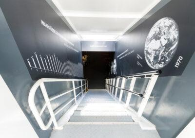 Die Treppe hinab in den Ausstellungsraum