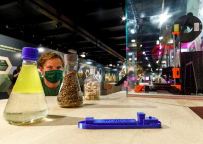 Detailaufnahme des 3d-gedrucken Schiffsmodells aus Bioplastik mit Rohstoffen in Flaschen