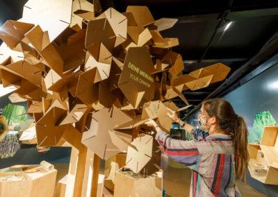 """""""Hier wachsen Ideen"""": erweiterbare, interaktive Karton-Installation in Form eines Baumes"""