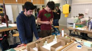 Schüler arbeiten an den Modellen in den Werkstätten der FOS/BOS Gestaltung. (Foto: Max Messemer)