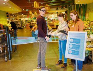 Studenten mit Proband in einem Supermarkt