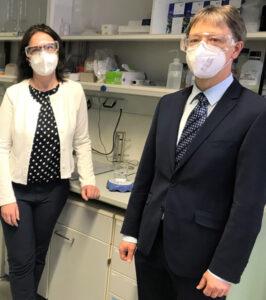 Zwei Personen in einem Labor