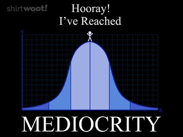Meme Mediocrity: symmetrische Diagrammkurve mit hohem Mittelpunkt, darauf ein Strichmännchen: Hurra, ich habe Mittelmäßigkeit erreicht